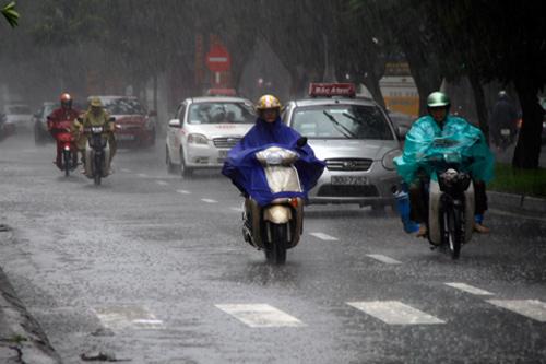 """Những kinh nghiệm """"để đời"""" khi điều khiển xe máy AN TOÀN trong thời tiết mưa bão3"""