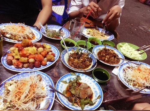 Những con hẻm ăn vặt luôn tấp nập ở Sài Gòn