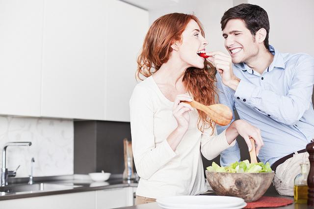Chẳng cần Đao to búa lớn , phụ nữ vẫn có bí quyết để chồng chia sẻ việc bếp núc3