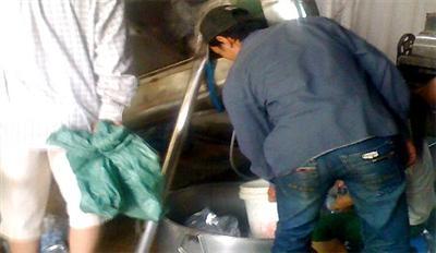 Một cơ sở sản xuất đá không đảm bảo an toàn vệ sinh. Ảnh: VFF.