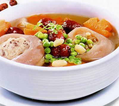 Thịt lợn là loại thực phẩm khó có thể thiếu trong nhiều món ăn. Vì vậy, để các thành viên gia đình không thấy chán ngán, bạn hãy làm món chân giò hầm Hàn Quốc ngon lành mà lại lạ miệng, dễ ăn.