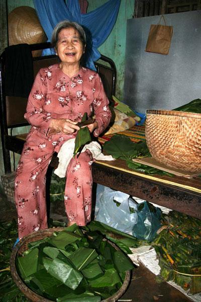 Mệ Lê Thị Yến năm nay đã 77 tuổi ở cửa hàng bà Ký, vẫn làm tré rất hăng hái