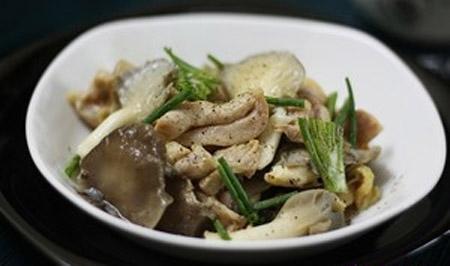 Hướng dẫn làm gà xào nấm sò tím