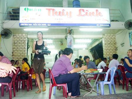 Nhân viên quán lẩu Thúy Linh đang phục vụ khách.