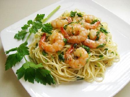 Mỳ Ý xào tôm sốt bơ tỏi