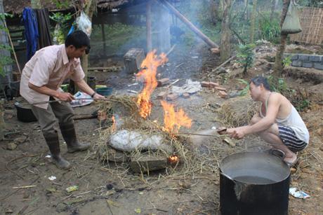Trước đó các gia đình chung nhau mổ lợn và pha (lọc) thịt để chế biến đồ ăn. Phần thịt sẽ được chia đều cho các nhà còn phần đầu và nội tạng sẽ được làm cỗ mời mọi người.