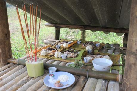 Cỗ lá cũng được gia chủ chuẩn bị để mời thổ Công, thổ Địa về ăn Tết. Trước khi đặt cỗ mời tổ tiên, chủ nhà phải có lời mời ở bàn thờ thổ công ở ngoài vườn.