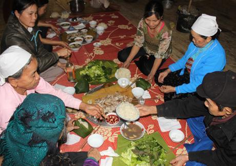 Bên cạnh thịt, mâm cơm Tết của người Mường còn có thêm các loại rau sống, xôi trắng gói lá chuối. Mâm cơm toàn thịt là mong ước một năm mới no đủ của người dân. Một năm vất vả lao động, Tết là dịp để họ ăn ngon.