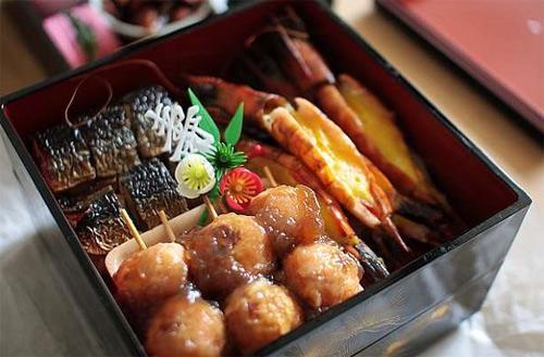 Dịp năm mới của Nhật gắn liền với rất nhiều món ăn. Những hộp đồ ăn bento cũng được lựa chọn với nhiều món ăn khác nhau.