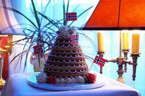 Bánh vòng kransekage của người Đan Mạch.
