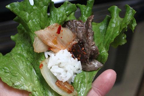 Thịt bò mềm, được quấn trong rau, cùng với chút xíu cơm, kim chi, thêm tỏi và hành tây, nước chấm, ăn mãi không ngán.