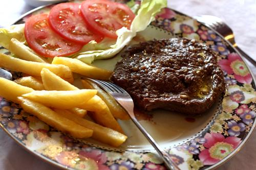 Món bò bít tết và khoai tây.