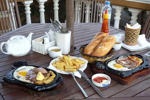 Ăn sáng ở các biệt thự ven trung tâm là lựa chọn thú vị cho nhiều du khách.