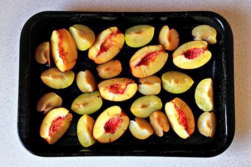 Rắc đường lên trên trái cây cho đều. Nếu muốn ngọt hơn, có thể tăng lượng đường.