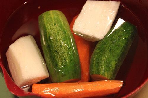 Cà rốt, củ cải gọt vỏ, dưa chuột để nguyên vỏ.