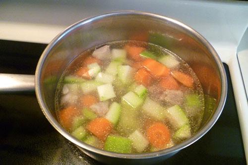 Cho rau củ vào nấu đến khi chín mềm.