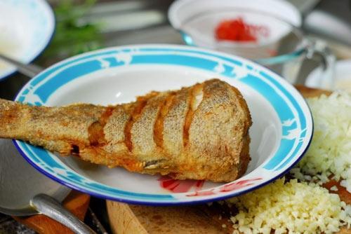 Cá rán chấm nước sốt tỏi - 2