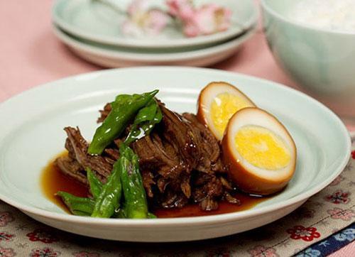 Món thịt kho của người Hàn Quốc không dùng thịt lợn mà thường kho thịt bò với nước tương, ăn rất bùi, đậm đà mà không bị ngấy.