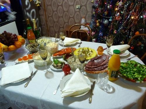 Bữa tiệc năm mới của người Nga rất phong phú. Ngoài rượu vodka còn có cá muối, khoai tây, đậu, bánh ngọt.