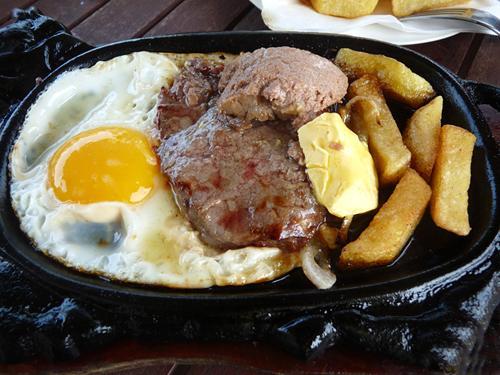 Món bò né mà ở ngoài Bắc gọi là món bánh mỳ bít tết.