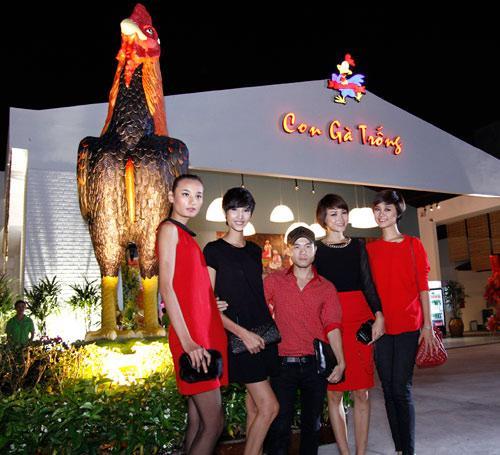 Nhà thiết kế Đỗ Mạnh Cường cùng với những người mẫu Việt Nam next top model.