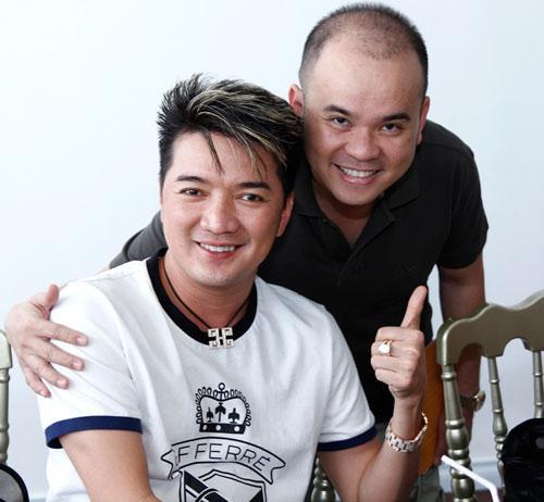 Ca sĩ Đàm Vĩnh Hưng chụp ảnh lưu niệm với anh Nam chủ nhà hàng.