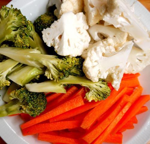 Súp lơ trắng, súp lơ xanh thái khúc, cà rốt thái sợi.