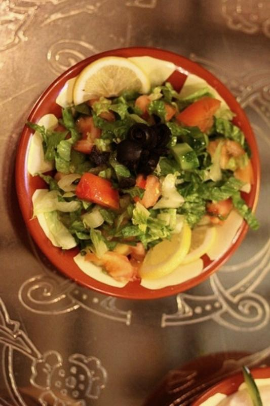 Dường như nguyên liệu trộn rau của đĩa salad này chỉ có nước cốt chanh vàng.