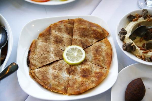 """Một loại bánh kẹp thịt giống như Pizza, nhưng đậm đặc mùi cari và không phải du khách nước ngoài nào cũng có thể """"xơi"""" hết được đĩa này dù nhìn khá ngon mắt."""