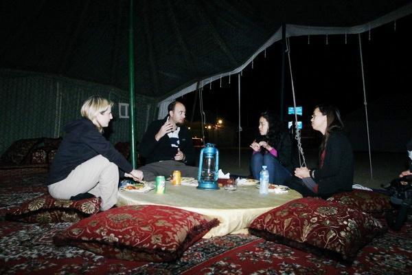 Dù rất khó ăn nhưng khi tới Trung Đông, bạn nên thử tất cả các món bởi không gian kỳ thú trong những túp lều giữa sa mạc cát sẽ khiến bạn có những trải nghiệm không bao giờ quên được trong cuộc đời. Tuy nhiên, bạn nên mang theo mỳ gói Việt Nam để tránh đói.