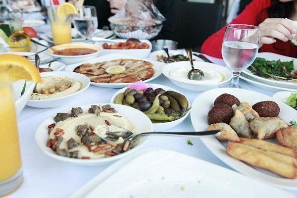 Một bữa ăn của người Trung Đông rất cầu kỳ với nhiều món, mỗi món được đặt trên một chiếc đĩa nhỏ. Ba hương liệu không thể thiếu trong bất kỳ món ăn nào là chanh, tỏi và cari.