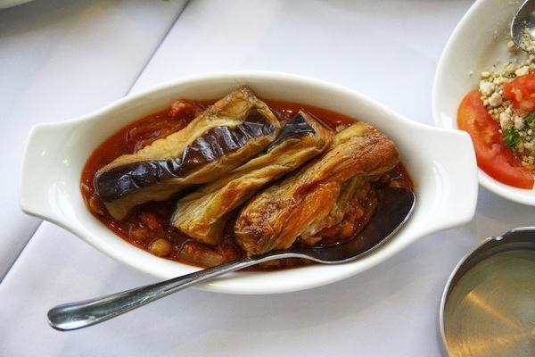 Món cà tím dầm với nước sốt đậu đỏ. Món này khá dễ ăn vì không có mùi cà ri và đỡ chua hơn các món khác.