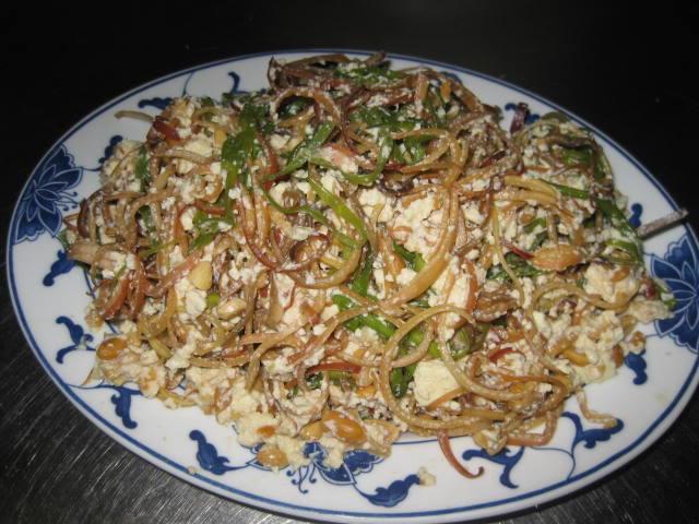 Hoa chuối nộm đậu lâu nay vẫn được coi là thức ăn thay thế và ăn ghém khi nhỡ bữa, nhưng đến nay nó đã trở thành món đặc sản trong nhiều nhà hàng, quán xá không chỉ ở miền quê mà còn cả thủ đô Hà Nội.