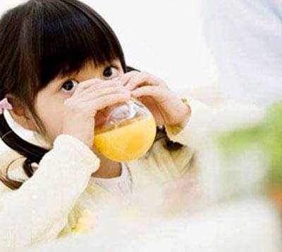 Trẻ uống nước trái cây: Không tốt! - 1