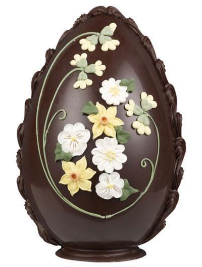 Trứng có những bông hoa trang trí được làm bằng tay của các nghệ nhân hàng đầu vùng Yorkshire, Anh có giá gần 1,2 triệu.