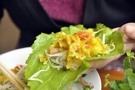 Nhâm nhi bánh xèo cuốn chấm ngõ nhỏ Hà Nội 4