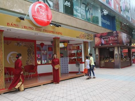 Các gian hàng được trưng bày trên phố Bà Triệu, Hà Nội (Ảnh chụp chiều 26/8). Ảnh: Ngọc Châu