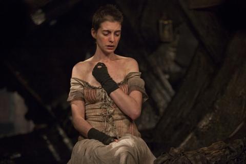 Anne Hathaway vào vai gái điếm Fantine.