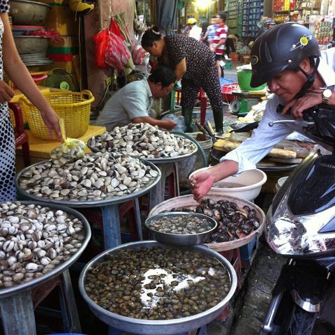 Khách hàng mua hải sản tại chợ chợ căn cứ 26, quận Gò Vấp, TPHCM.