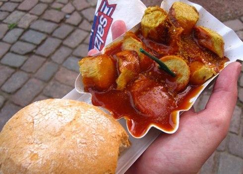 """Đây là món ăn truyền thống phổ biến và đặc trưng nhất tại Berlin. Trong tiếng Đức Wurst nghĩa là xúc xích. Tại Berlin, currywurst luôn có mặt trong thực đơn của các nhà hàng, nó nổi tiếng đến mức tại Berlin có một viện bảo tàng """"Currywurst"""" được khánh thành vào năm 2009 dành riêng để trưng bày mọi thứ liên quan đến món ăn này. Thành phần chính của món ăn là xúc xích heo, sốt cà ri, tương ớt, và tùy nơi có thể thêm các hương vị khác nhau. Xúc xích heo được nướng, hoặc hun khói, chiên sơ. Sau đó thường là cắt lát hoặc có nơi giữ nguyên, rưới nước xốt cà ri, tương ớt lên. Ăn nóng kèm với khoai tây chiên hoặc bánh mì tròn. Món ăn này thường được bán theo dạng ăn nhanh vào những khay xốp để tiện mang theo"""