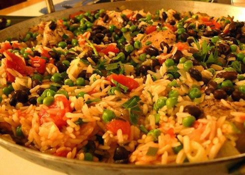 Cơm trộn là món ăn nổi tiếng của người dân Cuba. Đến Havana, bạn đừng bỏ qua món cơm trộn với đậu đen, thịt gà và rau.