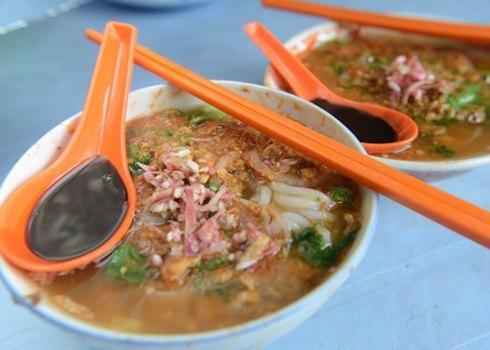 Paneng assam laksa thường ăn cùng với loại mỳ gạo dai và lá bạc hà tươi, dưa chuột và dứa. Hương vị đặc trưng của món súp này được tạo nên từ cá thu, me và ướt. Bạn có thể tìm thấy món súp này ở hầu hết các quán ăn vỉa hè ở Penang.