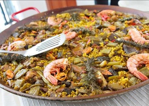 Cơm trộn thập cẩm Paella ở thành phố Barcelona, Tây Ban Nha. Món ăn được pha trộn từ cơm, hải sản, xúc xích và màu vàng của nghệ.