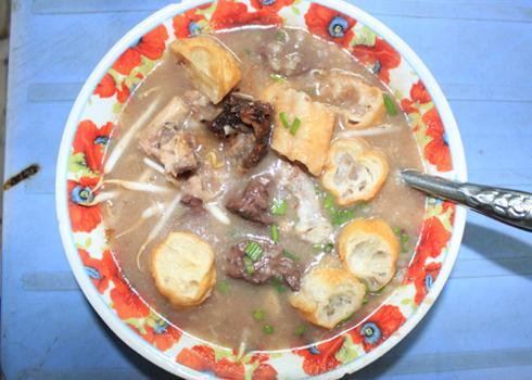 Cháo lòng là món ăn bình dân rất nổi tiếng ở Sài Gòn. Ảnh: Khánh Hòa.