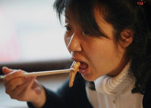 Một người phụ nữ Trung Quốc ăn từ một con bò và món ăn dương vật của con chó tại một nhà hàng dương vật ở Bắc Kinh phục vụ hơn 30 loại dương vật động vật theo phong cách lẩu truyền thống. Ở Trung Quốc, nhiều dương vật động vật được cho là có tính chất dược liệu.