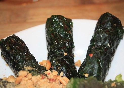 Ốc nướng lá lốt có hình dáng và cách thưởng thức giống với món bò lá lốt nổi tiếng của người Sài Gòn.