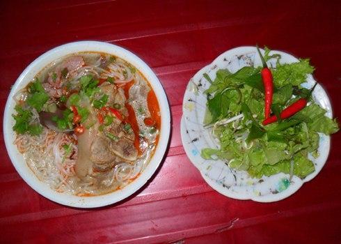 Bún giò là món ăn điểm tâm phổ biến ở thành phố Huế.