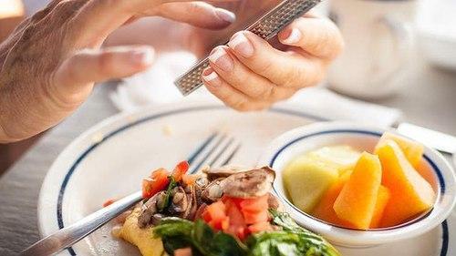Cần tránh những phiền nhiễu trong bữa ăn.