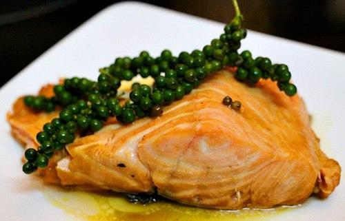 Cá hồi còn chứa nhiều axit Omega 3 tốt cho trí nhớ và sức khỏe, chế biến thành các món kho, nướng hay ruốc đều thơm ngon.