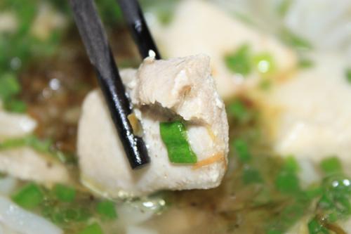 Thành phần chính làm nên món ăn là cá, có rất nhiều loại cá cho bạn lựa chọn khi ăn món này như cá dầm, cá bớp, cá thu, cá cờ, cá lóc... mỗi loại cá mang đến cho bạn một sự cảm nhận khác nhau khi thưởng thức.
